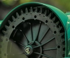 Self-cleaned toothed wheel